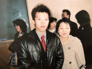 高校の卒業式にて母と
